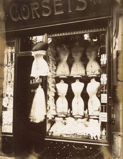 Bulevar de Estrasburgo, 1912. El francés Eugène Atget (1857–1927) descubrió tarde, a los 40 años, su vocación fotográfica. Llamaba a sus fotos