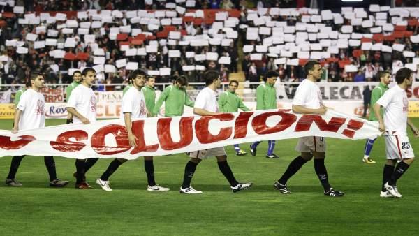 Los jugadores del Rayo protestan