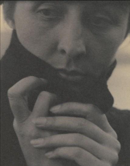 Georgia O'Keeffe, 1918. Alfred Stieglitz (1864–1946) fue uno de los más influyentes fotógrafos de su tiempo. No sólo por su obra, sino por su vocación de defensor del arte fotográfico, que ejerció desde su galería (291) y su revista, Camera Work. Entre 1917 y 1937 Stieglitz hizo unas 330 fotos de su mujer, la pintora Georgia O'Keeffe: sus manos, sus pies o su cara, como en este retrato de 1918, le servían para mostrar la fuerza y la vulnerabilidad.