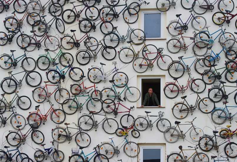 Fachada con bicicletas