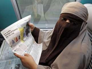 Una mujer con burka en el tren de Avignon a París