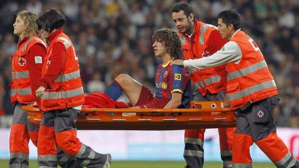 Carles Puyol en camilla
