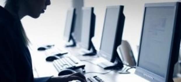 Hombre utiliza ordenador