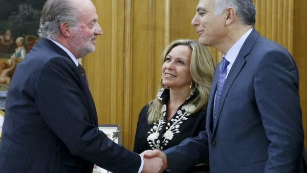 El rey Juan Carlos saluda al ministro de Economía marroquí