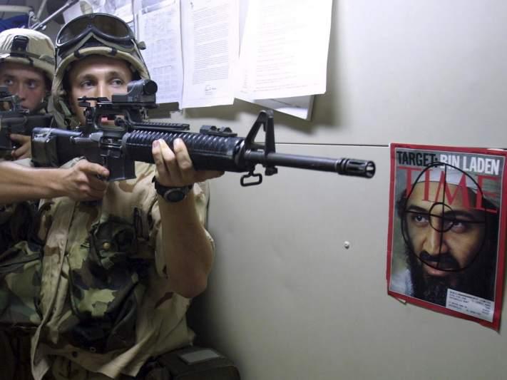 El objetivo número 1. Foto de archivo que muestra a un grupo de marines estadounidenses de prácticas en Pakistán, con una foto de Osama bin Laden en la pared.