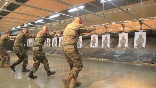 Marines disparando una foto de Bin Laden