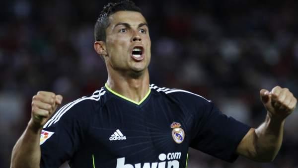 81b3670b8cc Ronaldo arrasa a un flojo Sevilla e impide el alirón del Barça (2-6)