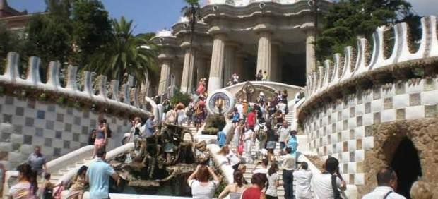 Decenas de turistas esperan hasta la última hora del día para visitar gratis el Parque Güell