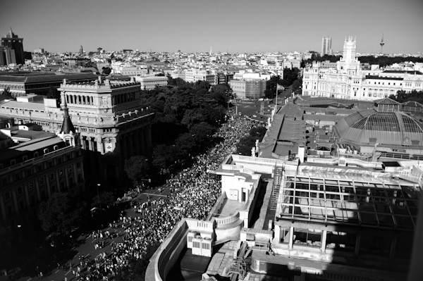 Marcha en la capital. Vista general de la calle Alcalá de Madrid, por la que miles de personas se manifestaron el domingo 15 de mayo convocadas por Democraciarealya para reclamar, entre otras cosas,
