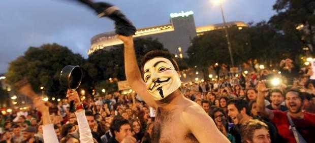 Cacerolada de 'indignados' en la plaza Catalunya.