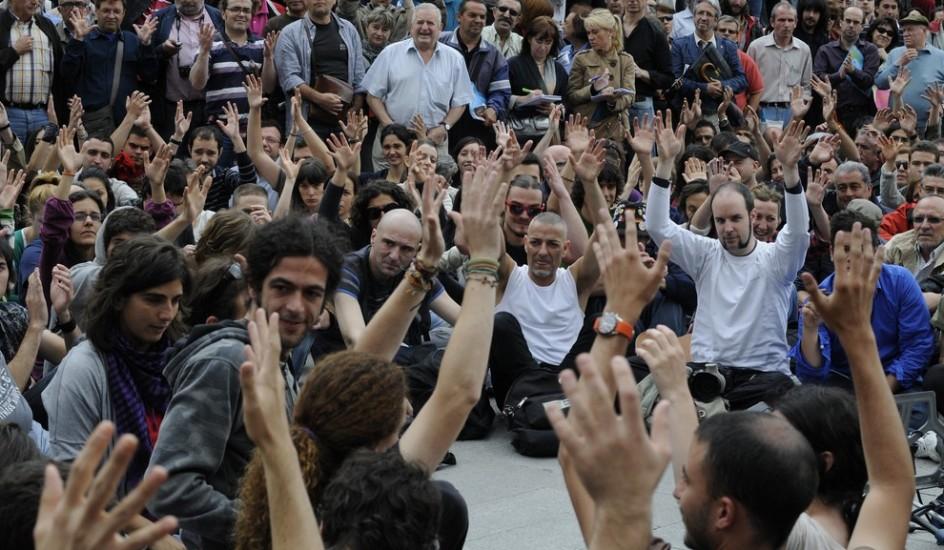Votaciones en la Puerta del Sol. Varios participantes de las protestas del movimiento del 15-M votan en una de las asambleas que se están celebrando en la madrileña Puerta del Sol.