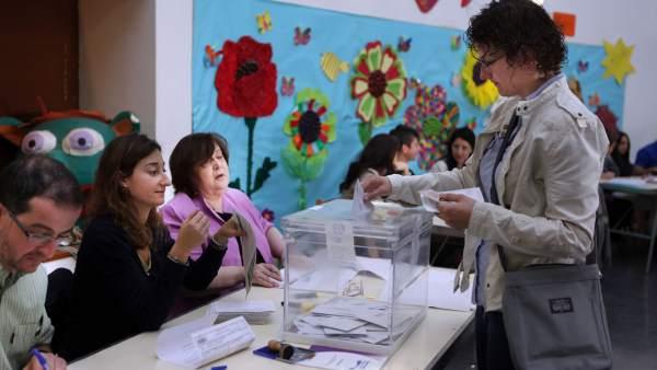 Votantes en Les Corts.