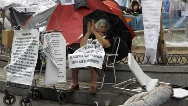 Mujer protesta en Sol