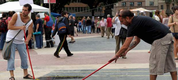 Voluntarios limpian Plaza Cataluña