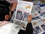 Un hombre leyendo la prensa en Yemen