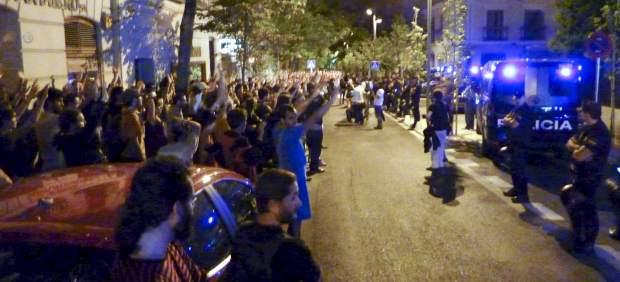 Los indignados españoles protestan ante la embajada de Francia