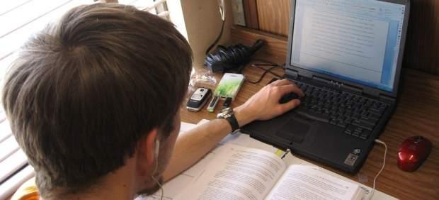 Escribiendo en el portátil