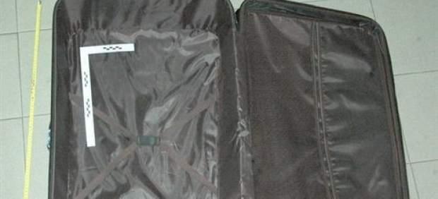 La maleta en la que se escondía el contorsionista.