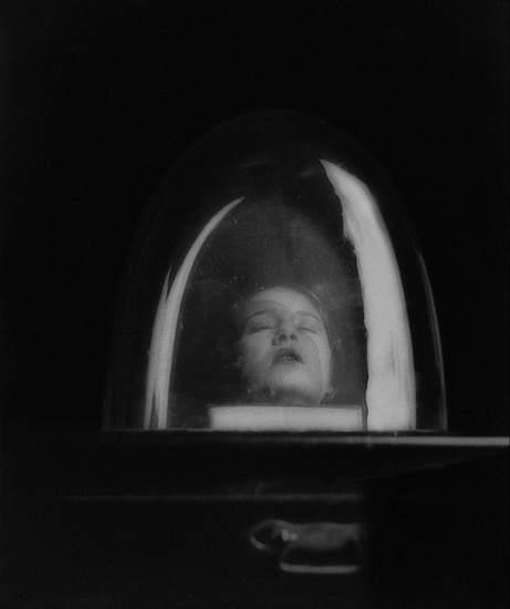 'Tania Ramm and Bell Jar, Variant on Hommage à D.A.F. de Sade', 1930. Foto de Lee Miller incluida en la exposición Man Ray - Lee Miller, Partners in Surrealism