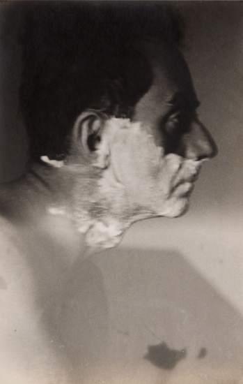 'Man Ray Shaving', 1929. Retrato de Lee Miller de su maestro y amante Man Ray