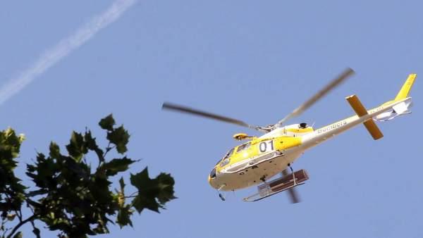Un helicóptero de los bomberos sobrevuela el Parlament
