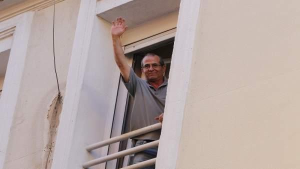 Anwar saluda desde su balcón