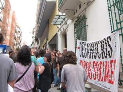 Unas 70 personas impiden un desahucio en Barcelona.
