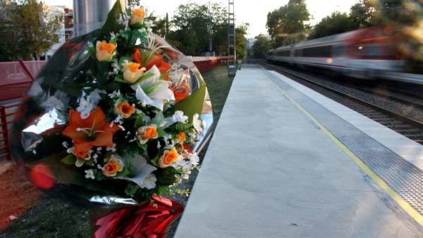 Flors en homenatge als morts a Castelldefels.