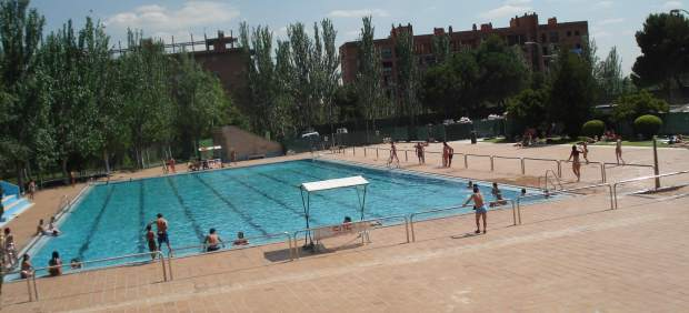 La polic a har m s rondas por las piscinas conflictivas for Piscina municipal aluche