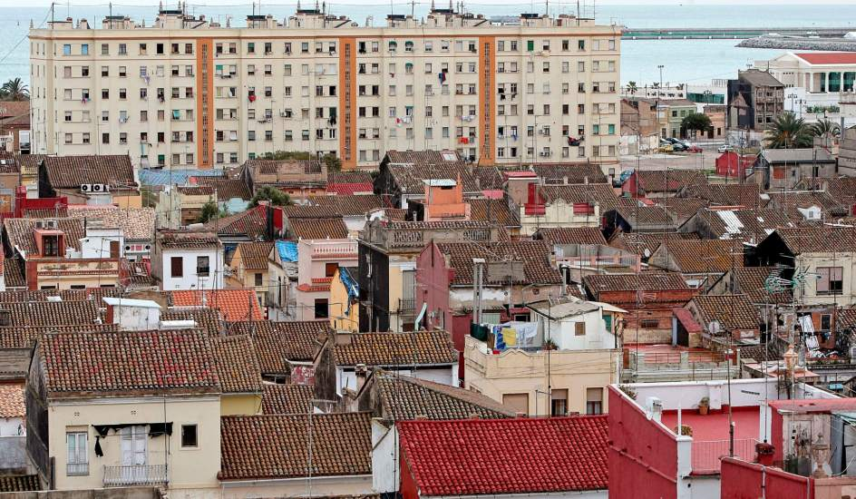 Cinco barrios de la periferia de valencia en pie de for Casas de sofas en valencia
