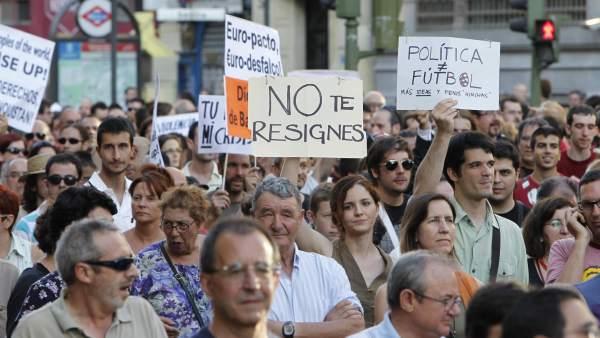 Manifestantes portan pancartas en el 24-J
