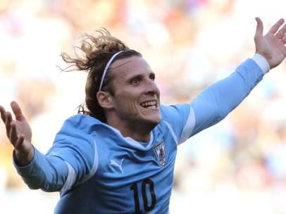 Diego Forlán, celebrando un gol.
