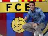 Alexis Sánchez, delante del escudo del Barça