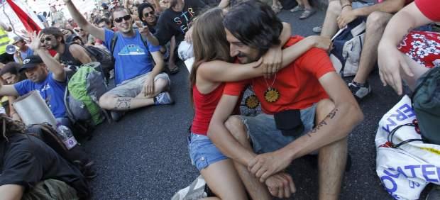 El abrazo de dos jóvenes