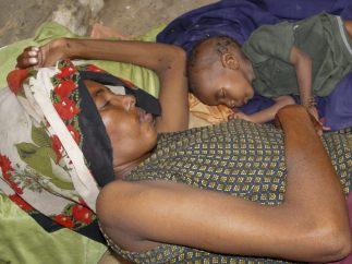 Una madre y su hijo en Somalia