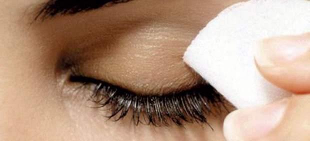 La máscara para los ojos con el efecto refrigerante