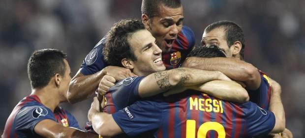 Los jugadores del Barça celebran el gol de Cesc