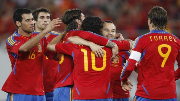 España celebra un gol ante Chile.