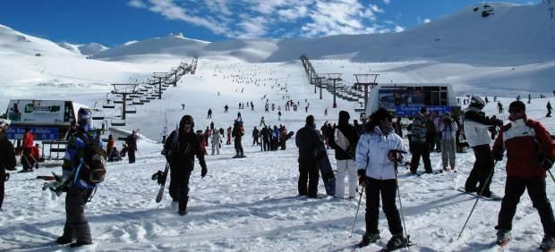 Sierra Nevada celebra las últimas nieves de la temporada con un descenso en bañador