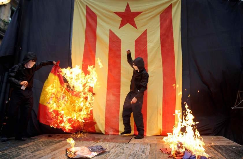 Resultado de imagen de catalunya quema de bandera