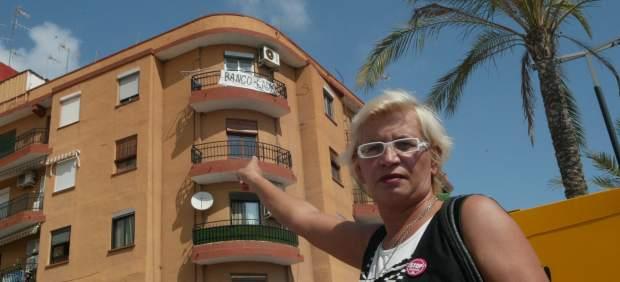 Valentina, frente a su casa, de la que fue desahuciada