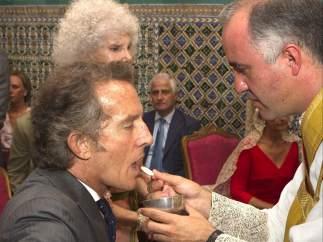 Alfonso Díez comulga en su boda