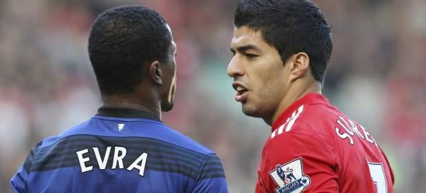 Luis Suárez y Evra en un Liverpool - United