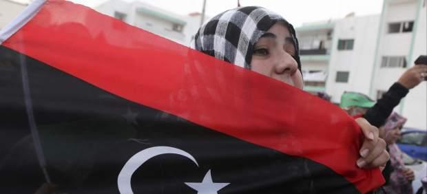 Portando la bandera de Libia