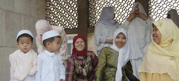 Un grupo de mujeres musulmanas se prepara para el rezo en la mezquita Istiqlal