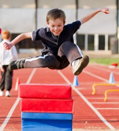 Un niño haciendo ejercicio - Imagui