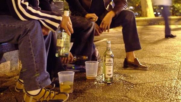 Bebiendo alcohol en la calle.
