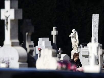 Lápidas en el cementerio de La Almudena