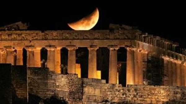 La luna sobre el Partenon, en Atenas