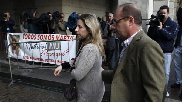 Los padres de Marta del Castillo, Eva y Antonio, entrando a la Audiencia de Sevilla